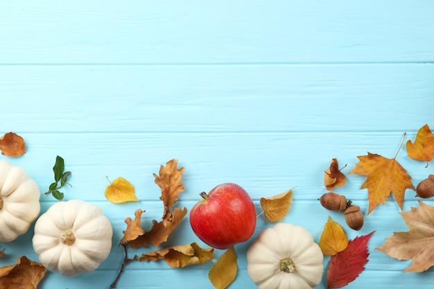 Beau Fond D'automne Avec Des Feuilles Tombées Avec Place Pour La Vue De Dessus De Texte Photo Premium