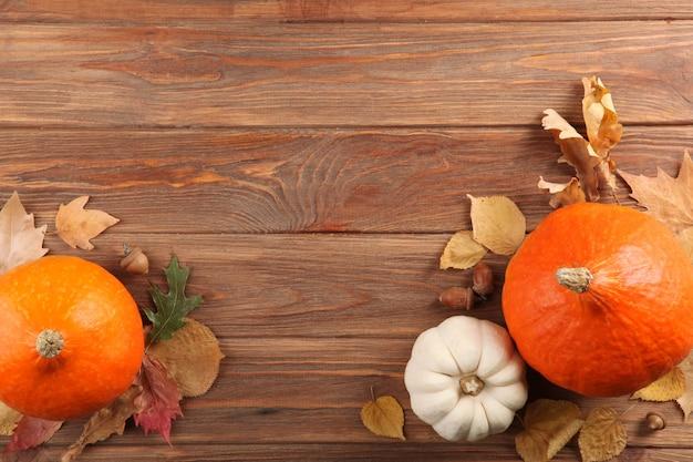 Beau fond d'automne avec des feuilles tombées avec place pour la vue de dessus de texte