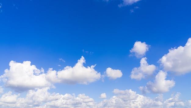 Beau fond de ciel bleu avec des nuages