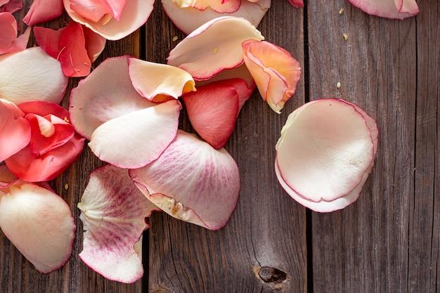 Beau fond clair de pétales de roses fraîches. fond de fleurs.