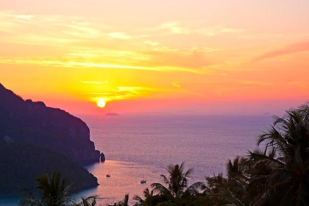 Beau fond de coucher de soleil sur la mer. l'île de phi-phi. thaïlande.
