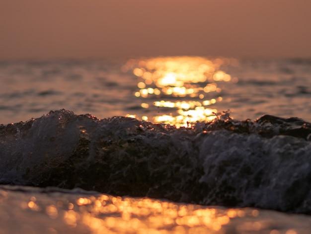 Beau fond de mer d'été. vagues au soleil.