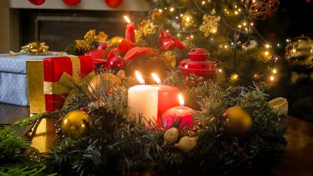 Beau fond de noël avec des bougies de noël allumées sur une couronne de l'avent au salon
