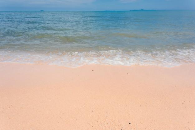 Beau fond de plage de mer par une journée ensoleillée