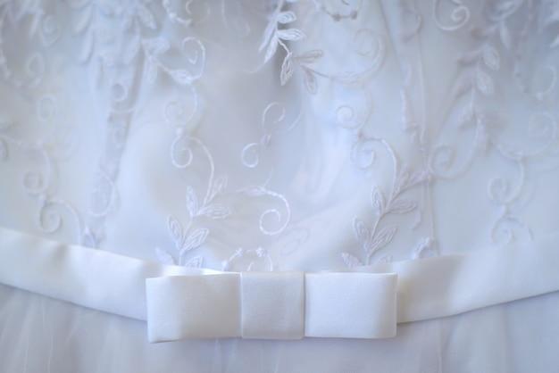 Beau fond de robes de demoiselle d'honneur blanches avec petit noeud