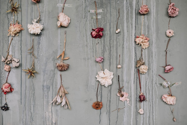 Beau fond romantique avec composition florale de fleurs roses séchées