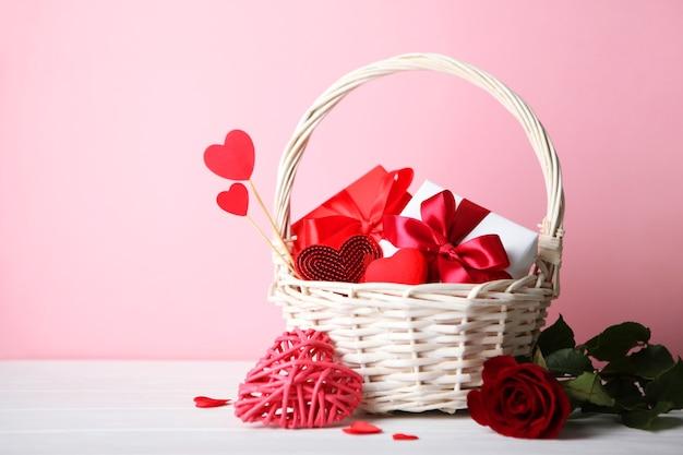 Beau fond de saint valentin sur fond coloré avec place pour le texte