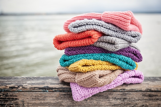 Beau fond tricot hiver bleu et jaune beaucoup chapeau. crochet fait main. close-up de chapeaux tricotés de bleu, jaune, rose et blanc