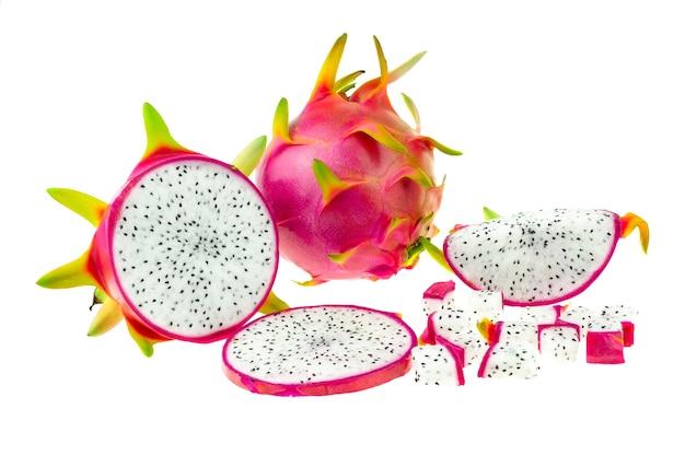 Beau fruit du dragon rose ou pitaya isolé sur fond blanc