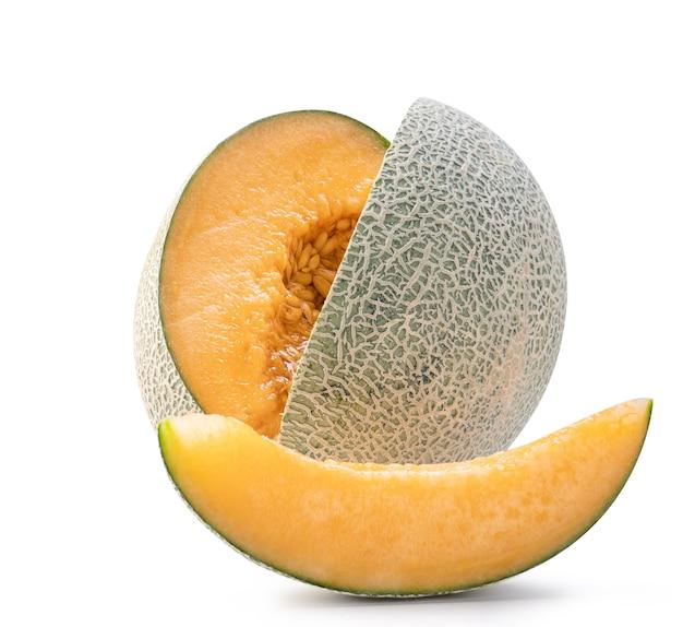 Beau fruit de melon cantaloup de roche mûre et savoureux avec des graines isolées sur blanc.