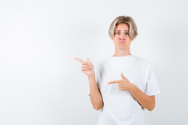 Beau garçon adolescent dans un t-shirt blanc