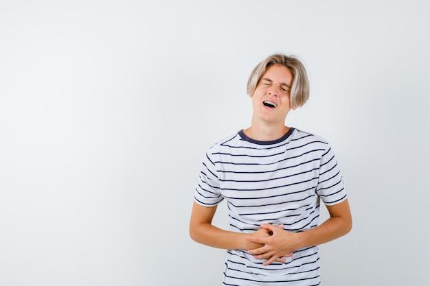 Beau garçon adolescent dans un t-shirt rayé