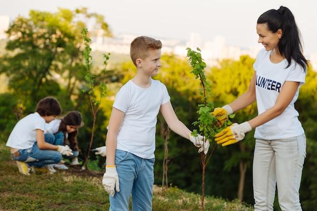 Beau garçon aidant son jeune professeur