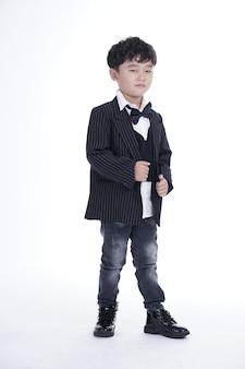 Beau garçon asiatique avec concept heureux isolé sur fond blanc