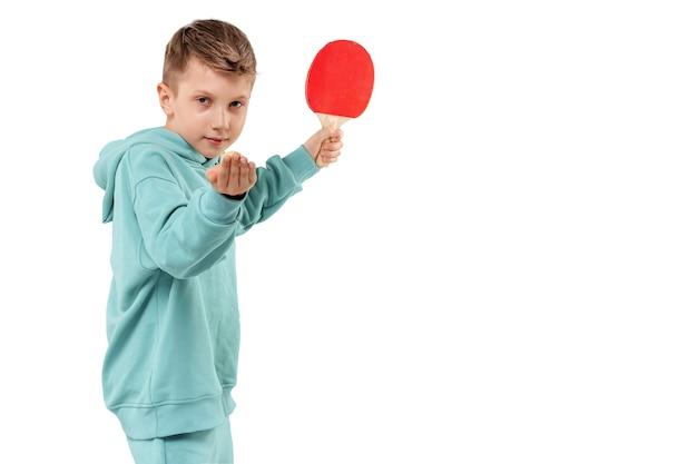 Beau garçon en costume bordeaux joue au ping-pong isolé sur blanc. des sports