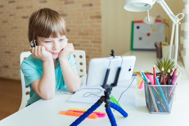 Beau garçon créatif est la créativité et l'artiste dans une leçon de peinture en ligne