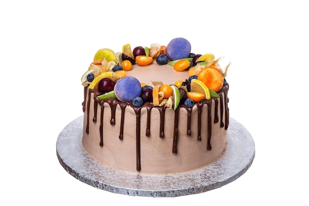 Un beau gâteau d'anniversaire aux fruits avec des guimauves. fermer.