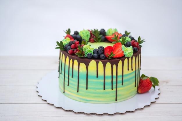 Beau gâteau d'anniversaire avec des fraises fraîches