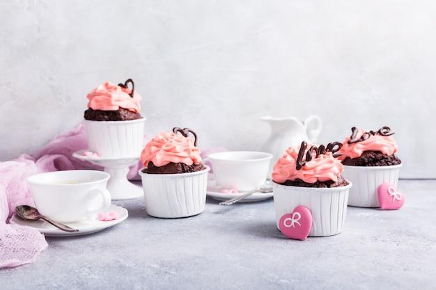 Beau gâteau au chocolat avec coeur
