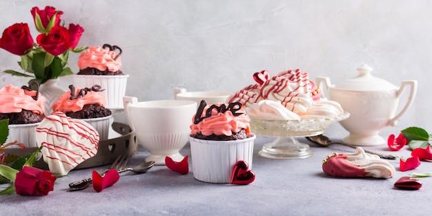 Beau gâteau au chocolat avec meringue