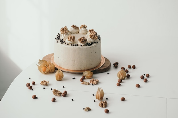 Beau gâteau aux noix génoise au chocolat avec fromage à la crème et noix gâteau d'anniversaire fait maison