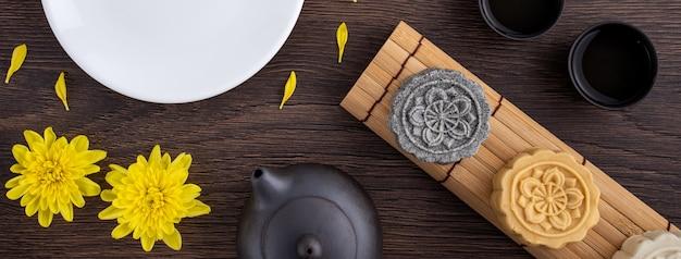 Beau gâteau de lune coloré sur une planche de bois