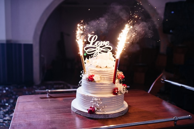 Beau gâteau de mariage amour