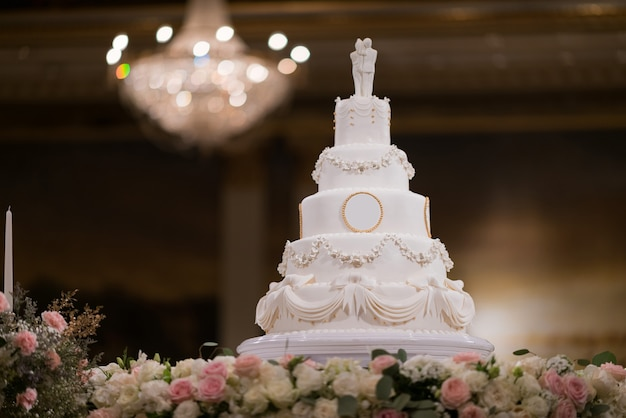 Beau gâteau de mariage avec arrière-plan flou