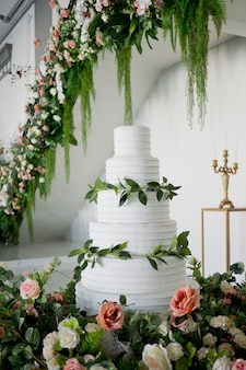 Beau gâteau de mariage, décoration de mariage de gâteau blanc