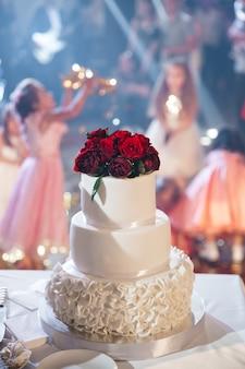 Beau gâteau de mariage avec des fleurs