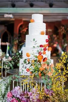 Beau gâteau de mariage avec flou