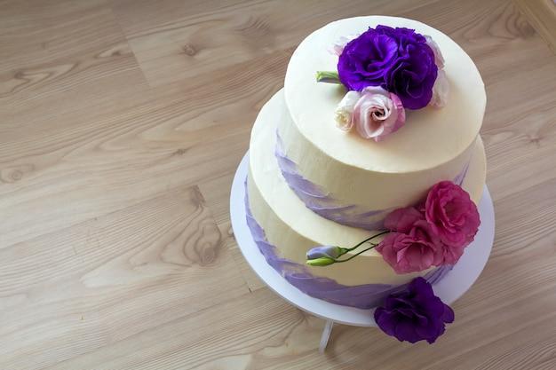 Beau gâteau de mariage, gros plan du gâteau avec des fleurs