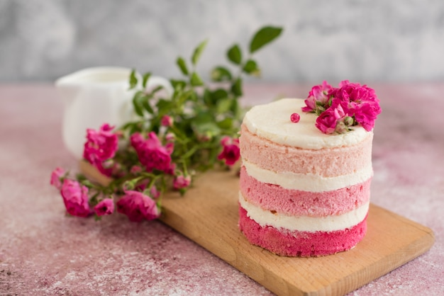 Beau gâteau rose à la crème et aux baies