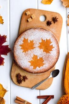 Beau gâteau sucré à la citrouille avec un motif de feuille d'érable