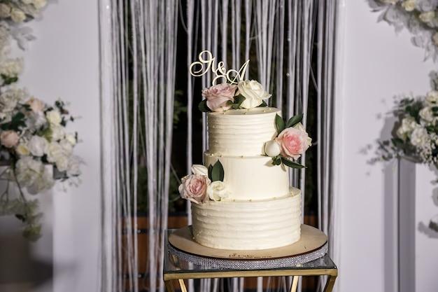 Beau gâteau sucré délicieux dessert à plusieurs niveaux pour les jeunes mariés.