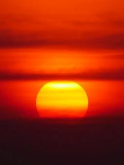 Beau grand coucher de soleil sur mer