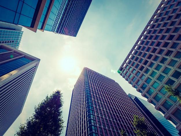 Beau gratte-ciel avec architecture et bâtiment autour de la ville