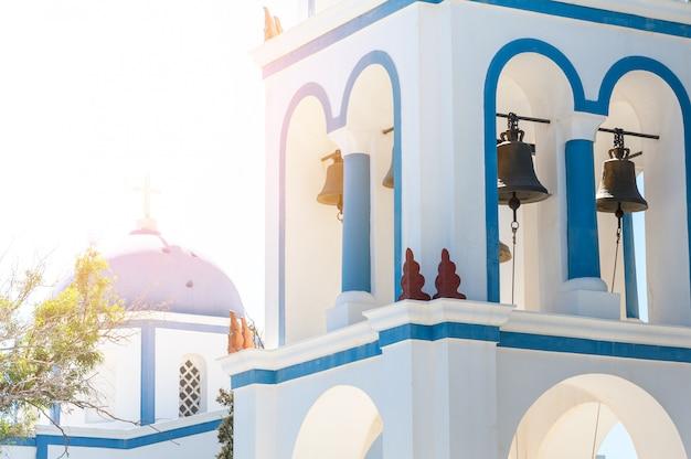 Beau gros plan de l'église de santorin