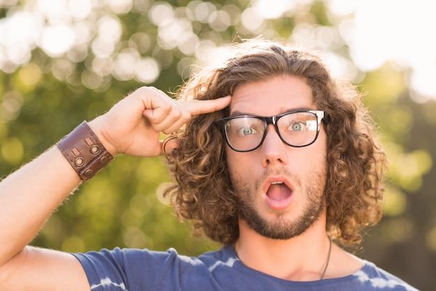 Beau hipster l'air surpris dans le parc