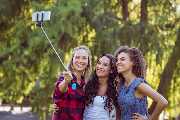Beau hipster prenant un selfie