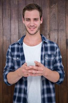 Beau hipster regardant smartphone