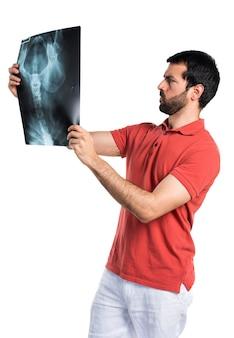 Beau homme tenant une analyse osseuse