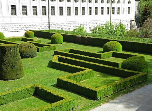 Beau jardin anglais du château d'ambras, innsbruck, tyrol, autriche