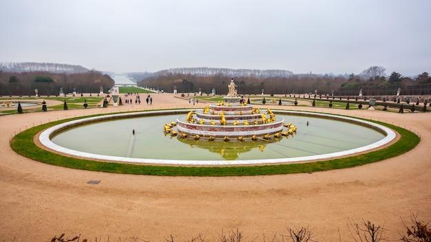 Beau jardin dans un célèbre château de versailles, france.