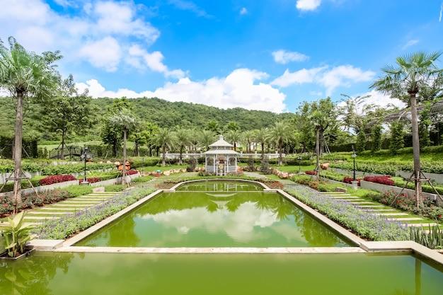 Beau jardin à l'hôtel anglais kensington, nakhonratchasima, thaïlande