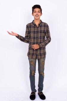 Beau jeune adolescent indien hipster sur blanc