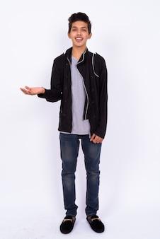 Beau jeune adolescent indien avec veste en cuir sur blanc