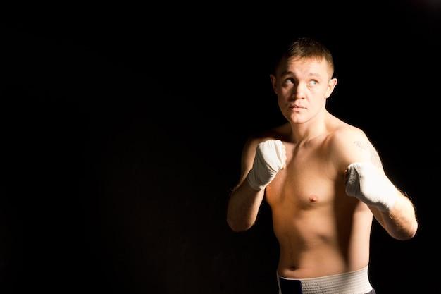 Beau jeune boxeur travaillant
