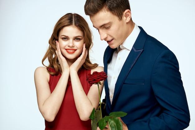 Beau jeune couple d'amoureux de l'homme et de la femme sur un fond noir