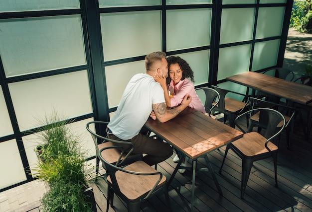 Beau jeune couple d'amoureux